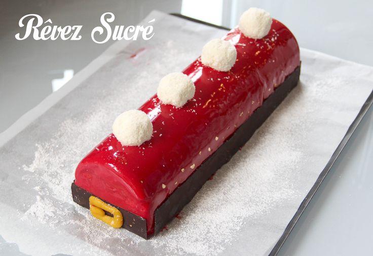Bûche avec une bavaroise à la vanille, un insert à la framboise et un biscuit financier à la pistache ! :-)