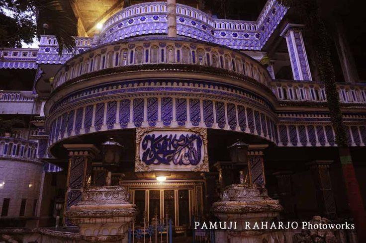 "Masjid Ajaib atau juga Masjid Tiban adalah sebenarnya Pondok Pesantren Salafiah Bihaaru Bahri Asali Fadlaailir Rahmah yang terletak di Turen, Kabupaten Malang, Jawa Timur. Pondok Pesantren Salafiah Bihaaru Bahri Asali Fadlaailir Rahmah (Bi Ba'a Fadlrah). Nama yang cukup panjang yang mempunyai makna Laut Madu atau, ""Fadilah Rohmat"" (Segarane, Segara, Madune, Fadhole Rohmat-terjemahan Bahasa Jawa)[1] source : wikipedia"