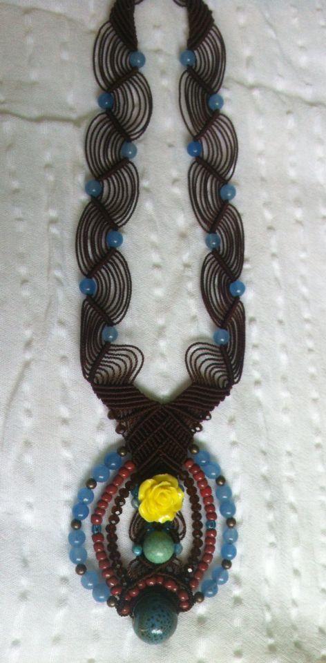 Collar café con jades azul, flor de resina, turquesa , cristales, cuentas de latón y mini ágatas azules