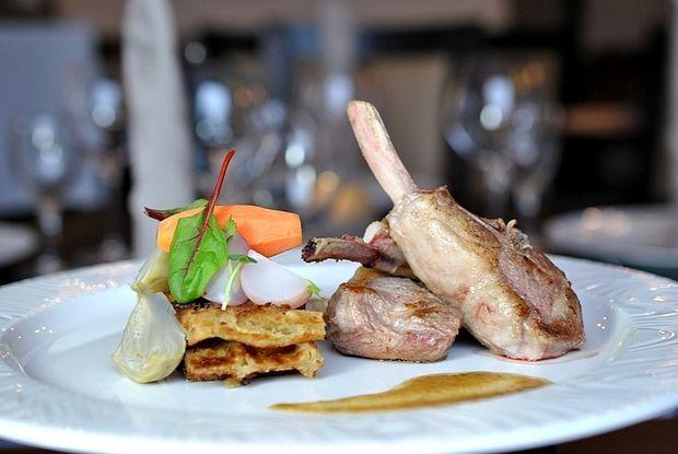 Côtelettes d'agneau sur son jus de thym, Artichaut & Gaufre de pomme de terre   Lamb chops over thyme jus, Artichoke & Potato waffle