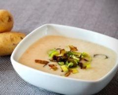Soupe aux pommes de terre, poireaux et champignons.