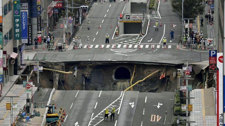 Čtyřproudová křižovatka v japonském městě Fukuoka se propadla do země