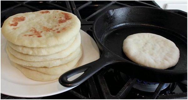 Σίγουρα, θα θυμάστε τα σαββατοκύριακα που μπορεί να πηγαίνατε στο χωριό και όλο το σπίτι της γιαγιάς μύριζε ζυμωμένο σπιτικό ψωμί! Δεν υπάρχουν πολλά πράγματα που να μυρίζουν καλύτερα από το σπιτικό ψωμί. Τα σπιτικά