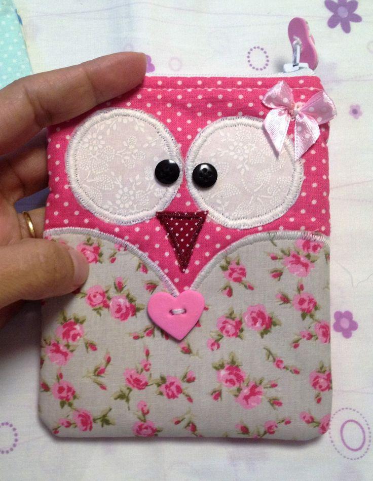 Patricia amiga de longa data me pediu o molde de uma carteira de corujinha que ela quer fazer, montei um tutorial dela com o tecido na horizontal e na vertical. Ficou uma graça o resultado!!! Eu so…