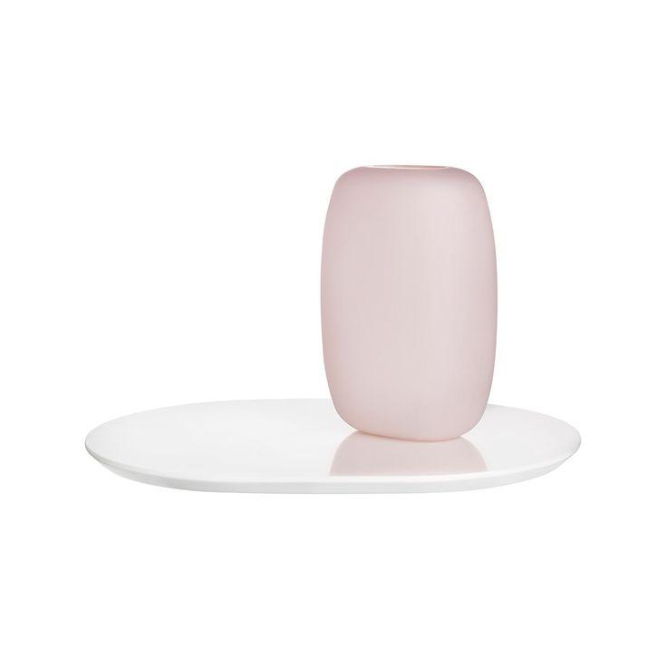 Zarif, minimal ve feminen… üç vazo setinden oluşan Sweets, adeta Nude'un vücut bulmuş hali. Tepsi olarak da kullanılabilen parlak beyaz tabana oturan fırçalanmış pembe vazolar sevimli oldukları kadar göz alıcılar da. Yatak odaları ve banyolar için ideal olan bu tasarımın kumlu, lüks yüzeylerine dokunmaktan kendinizi alıkoyamayacaksınız.