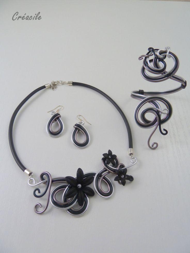 Collier aluminium noir gris anthracite et fleurs par Creacile