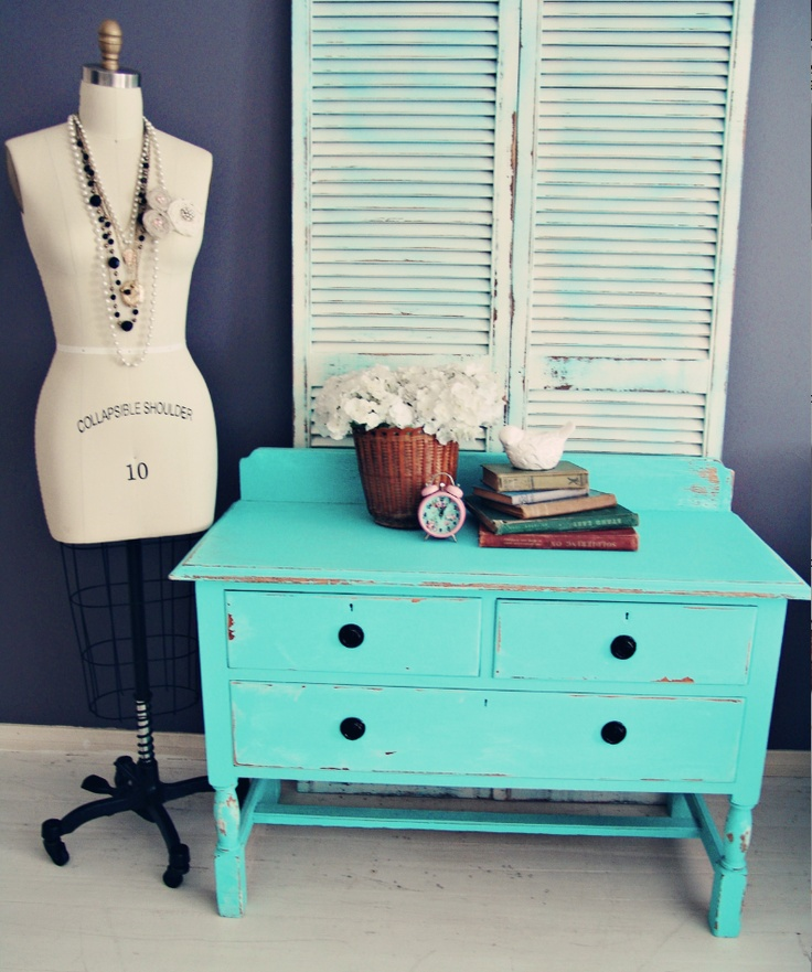 love the color....wonder if I could do this to my dresser and make it look as awesome....