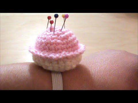 Πλεκτό μαξιλαράκι για καρφίτσες (cup-cake)