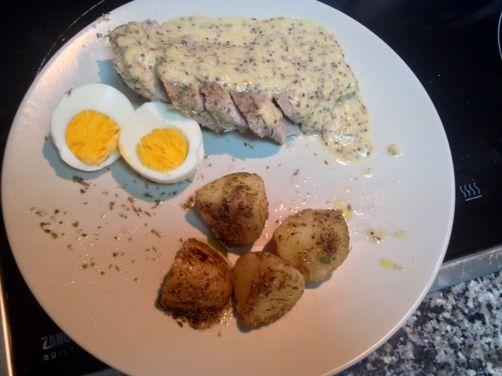 Solomillo de cerdo a la sal con salsa de mostaza y miel, patatas y huevos para #Mycook http://www.mycook.es/receta/solomillo-de-cerdo-a-la-sal-con-salsa-de-mostaza-y-miel-patatas-y-huevos/