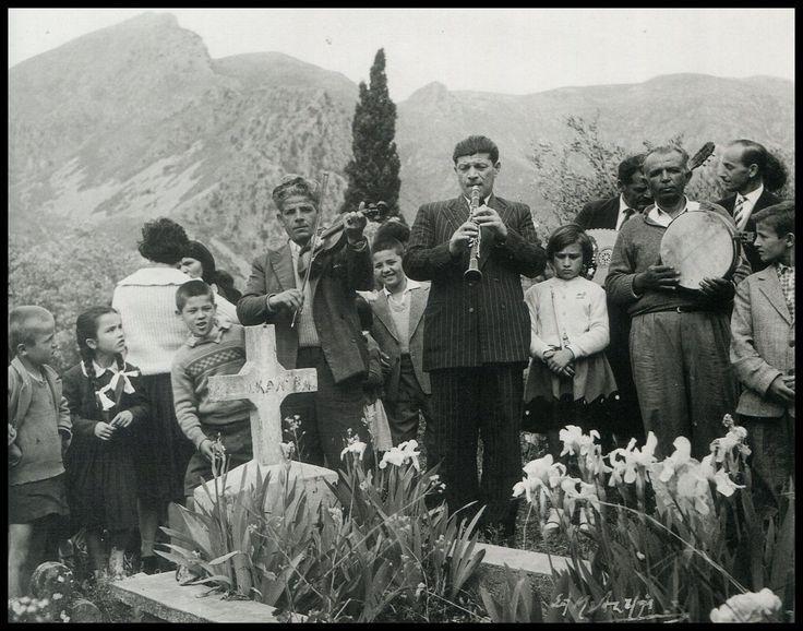 Σπύρος Μελετζής. την δεύτερη ημέρα στο Γιρομέρι παίζουν πάνω στον τάφο τον αγαπημένο χορό του νεκρού 1975 φωτ