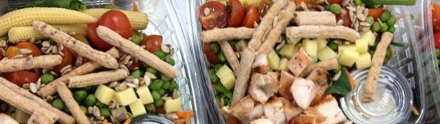Ensalada de lechugas, espinaca, tomates cherry, mazorquitas, guisantes, queso paipa, palitroques y pollo, crema de verduras y fruta.