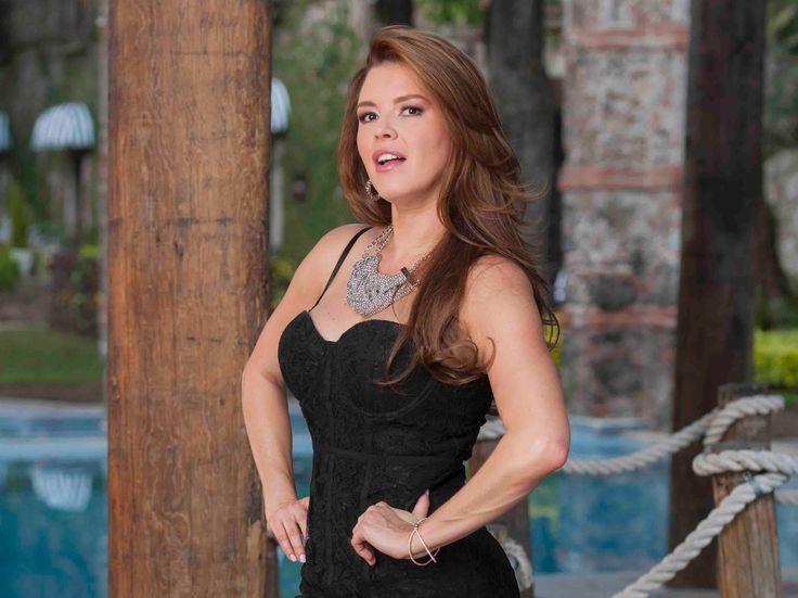 Claudia (Alicia Machado) llega a Mina Escondida y es aquí donde Pierre (Gonzalo Vivanco) y Medel (Sergio Acosta) la convencen para que cante en la cantina del pueblo.