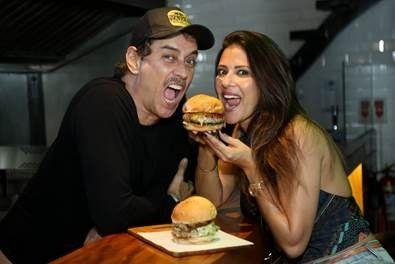 Marcello Antony e a mulher, Carolina: hamburgueria inspirada na cultura jamaicana faz sucesso no Rio (Foto: Divulgação)