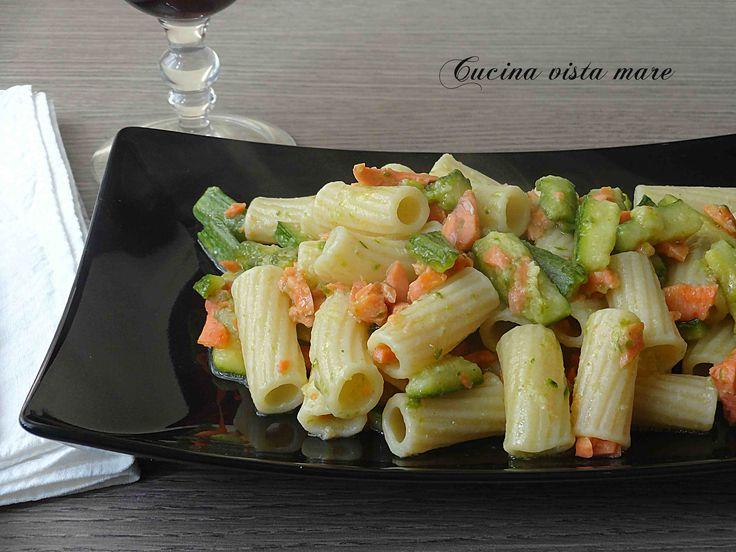 La pasta zucchine e salmone affumicato è un primo leggero, sfizioso, dal gusto delicato, perfetta per un pranzo con gli amici e ideale nella stagione calda.
