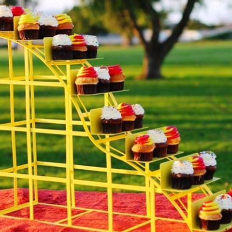 How cool is this cupcake stand!! For a birthday party, this dessert table featured the cupcakes in the shape of a ROLLER COASTER!! What a great way to celebrate #nationalrollercoasterday ❤️ picture by sandiegokidspartyrentals.com
