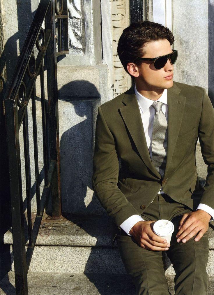 Kombinera kostymen men svart skjorta och svarta skor, alternativt en vit skjorta och svarta skor. Att bära bruna skor kan vara svårt då det lätt blir för många olika färger. #mossgrön #mossgrönt #herrmode #mode #kostym #grönkostym #Obsid http://www.obsid.se/mode-och-grooming/mossgron-hostens-stora-farg/