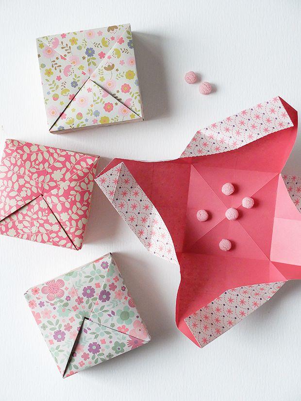 Guarda anche questi:Come fare scatolina bomboniera – Video TutorialConiglietto Pasquale Origami – Video TutorialOrigami: Portaoggetti – Video TutorialCome fare scatolina origami piramidale – Video TutorialTutorial: Inviti e bomboniere fai da te.Un cuore origami in meno di 5 minuti – Video Tutorial