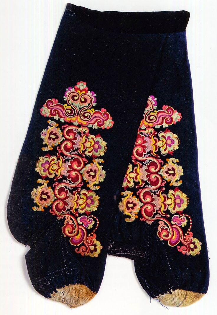 FolkCostume&Embroidery: East Telemark, Norway, socks and shoes for Raudtroje and Beltestakk