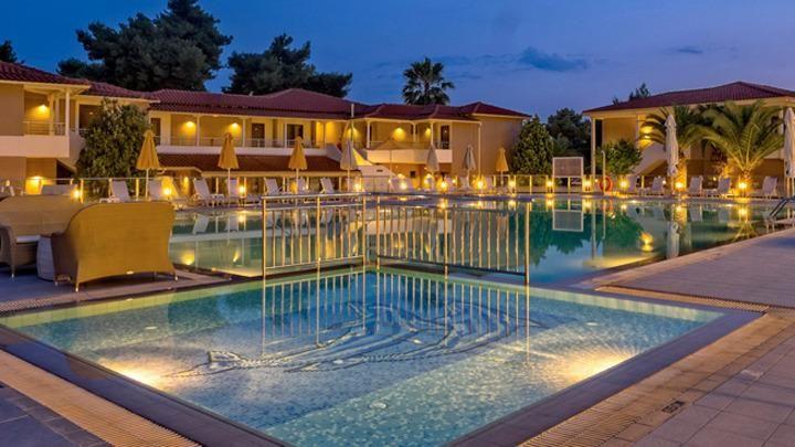 hotel Lagomandra Beach se nalazi 20 m od peščano-šljunkovite plaže, 6 km od mesta Neos Marmaras, na zapadnoj obali poluostrva Sitonija