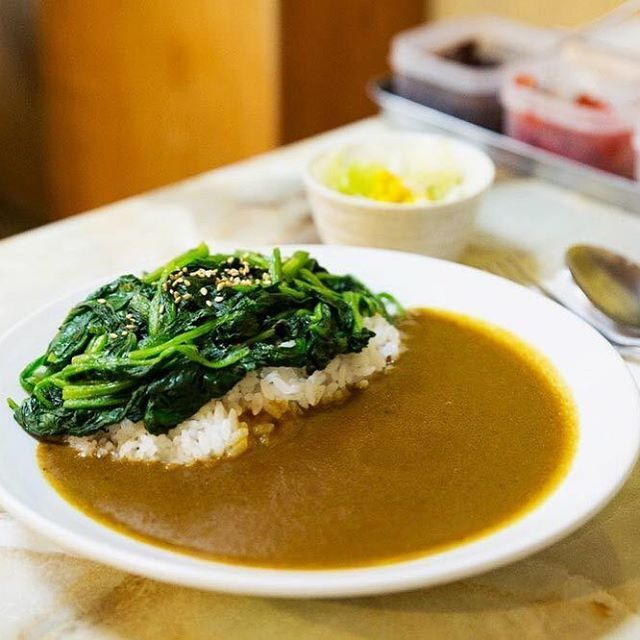 Tokyo Calendar ロビンソンクルーソーカレーハウス 『ロビンソンクルーソーカレーハウス』の「北品川カレー」。約20種類もの素材を2時間半煮込んだカレーは、隠し味に、黒糖、コーヒー、飲むヨーグルトなどが入れられている奥深い味わい。 #東京カレンダー #東カレ #カレー #品川 #ロビンソンクルーソーカレーハウス #北品川カレー
