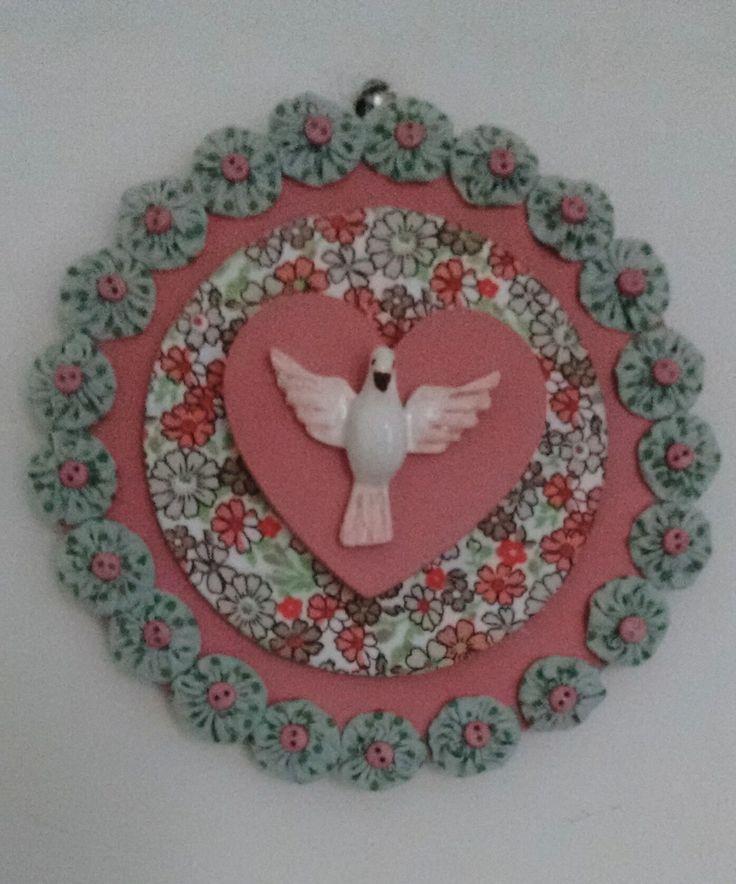 mandala, em três níveis, em madeira recoberta por tecido, detalhes em fuxico composê de cores:rosa e verde malva., com pequenos botões rosa como acabamento.
