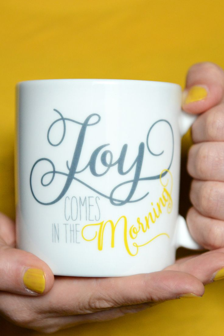"""Mit dieser großen Tasse beginnst du deinen Tag mit der wunderbaren Ermutigung deines Gottes: """"Joy comes in the morning."""" Seine Freude beginnt am Morgen und er freut sich auch an dir. Und vielleicht erinnerst du dich daran am Morgen; deine Tasse fest umschlungen, trinkst dein Lieblingsgetränk und freust dich auf den Tag!  Bibelvers auf der Tasse: """"Joy comes in the morning."""" - Psalm 30,5 , """"...doch mit dem Morgen kommt die Freude."""" - Psalm 30,6"""