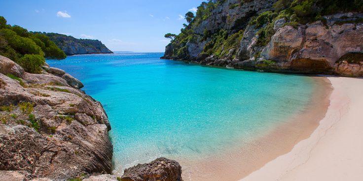 Menorca ist auch als die kleine Schwester von Mallorca bekannt. Wir haben 10 Tipps, bei denen ihr euer Herz an die Baleareninsel verlieren werdet.
