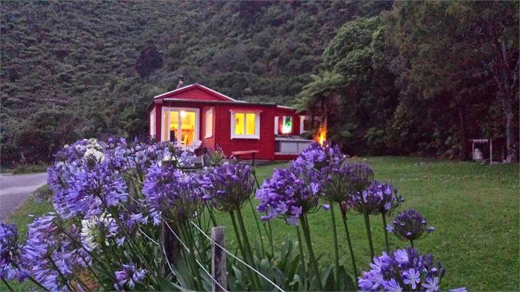Punakaiki Bach accommodation. Bell Birds & Sea Views Cottage
