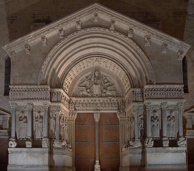 Ancienne Cathédrale Saint-Trophime d'Arles de nuit à Arles (France).