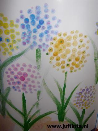 In het voorjaar zie je de mooiste bloemen weer tevoorschijn komen. Vandaar deze knutsel van gestippelde bloemen. Het mooiste is om de stippen van je bloemen met een wattenstaafje of de achterkant van een potlood te maken. Zo krijg je enigszins gelijkmatige stippen. Maak eerst de bloemen zelf, je kan ze ook naast en achter …