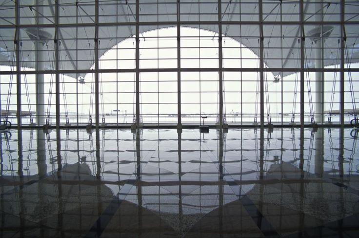Un techo de 'tipis' (2) | El DIA (Denver International Airport) se inauguró en 1995 y es actualmente el aeropuerto más grande de los Estados Unidos. En 2011 pasaron por sus instalaciones 52.699.298 pasajeros, muchos de ellos en tránsito hacia otros destinos. (Foto: JAMES LEYNSE)