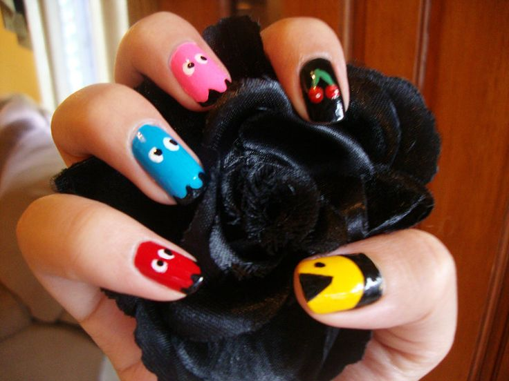 Go here to learn how to make them! I wanted to try a Pacman nail design, since it's so popular these days, I liked the outcome, what do you think?