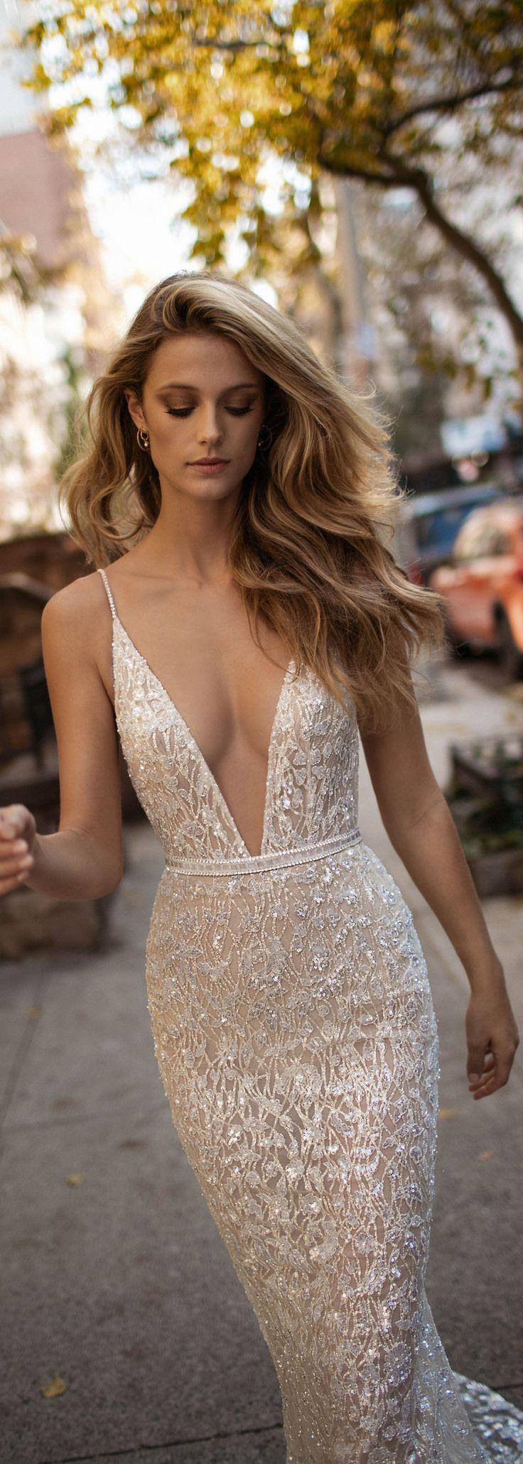 Vestido que puedes usar para una gala. Escotado en la parte de en frente y largo.