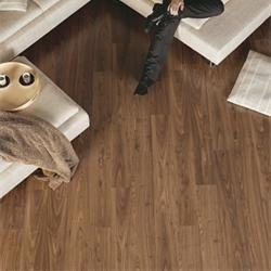 Propuesta de suelo laminado para vivienda, serie Eligna de Quick Step, modelo Nogal aceitado.