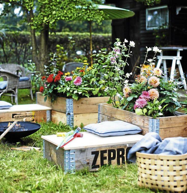 BLOMSTERKASSER: Pallekarmer er geniale til å lage sitteplasser av, og til å bruke som blomsterkasser i hagen.