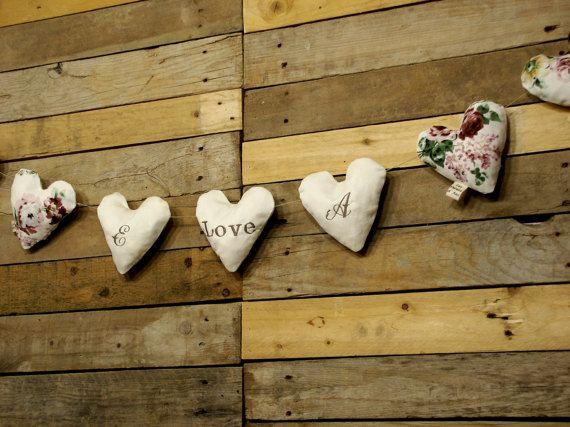 Encantadora GUIRNALDA de 9 CORAZONES románticos, hechos a mano con mucho Amor.  Los 3 corazones del centro están BORDADOS con el texto  inicial LOVE inicial  , en color topo sobre fondo blanco roto.  Ideal para decorar cualquier estancia de tu casa, tu boda, la habitación del bebé, o tu fiesta en el jardín.  Además del toque romántico , vintage y shabby chic, VAN A CONVERTIR TU CASA EN TU HOGAR, ese lugar único en el mundo donde mejor te sientes, tu paraíso! Todos los Corazones están hechos…