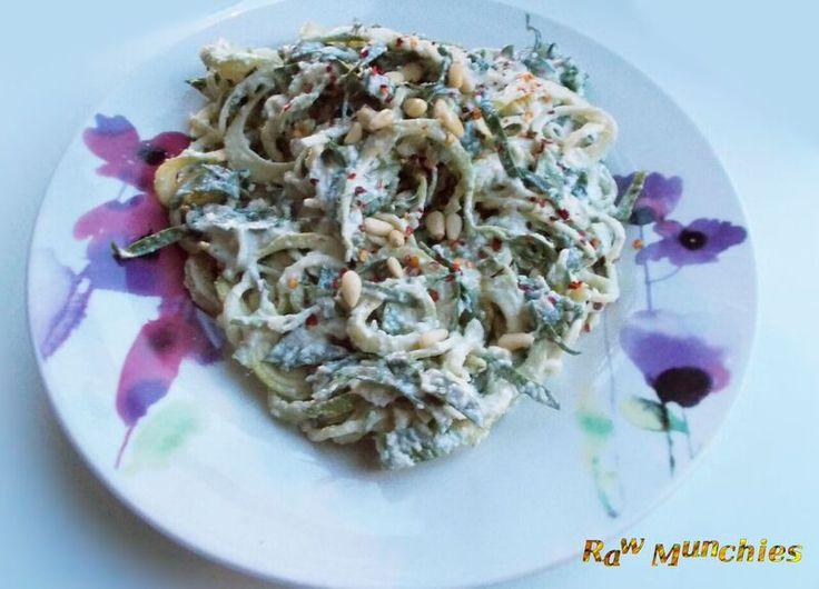 Raw Vegan Spaghetti con Spinaci   Rawmunchies.org   recipe here: www.rawmunchies.org #rawmunchies #raw #vegan #recipe  #rawvegan #rawvegannoodle #alfredo #zucchinipasta