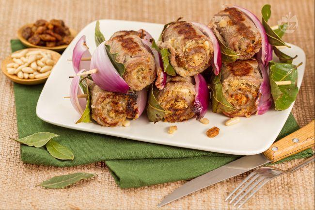 Gli involtini alla siciliana sono un secondo piatto di carne tipico della regione Sicilia che prevede l'uso di  pinoli, uvette e caciocavallo.