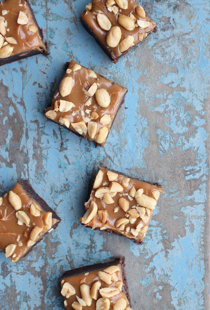 Brownie med karamel og salte nødder