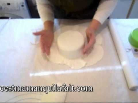 Leçon de pâte à sucre : etaler la pate a sucre soulever et lisser la pate a sucre sur un gateau - YouTubegâteau Hello Kitty