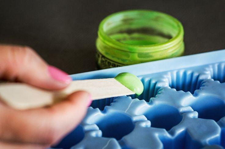 kupte si gel z aloe vera s co největším obsahem léčivé rostliny a rozdělte ho do jednotlivých kastlíčků tvořítka. Až si připálíte na sluníčku ramena, můžete postižená místa potírat ledovými kostkami s obsahem léčiva.
