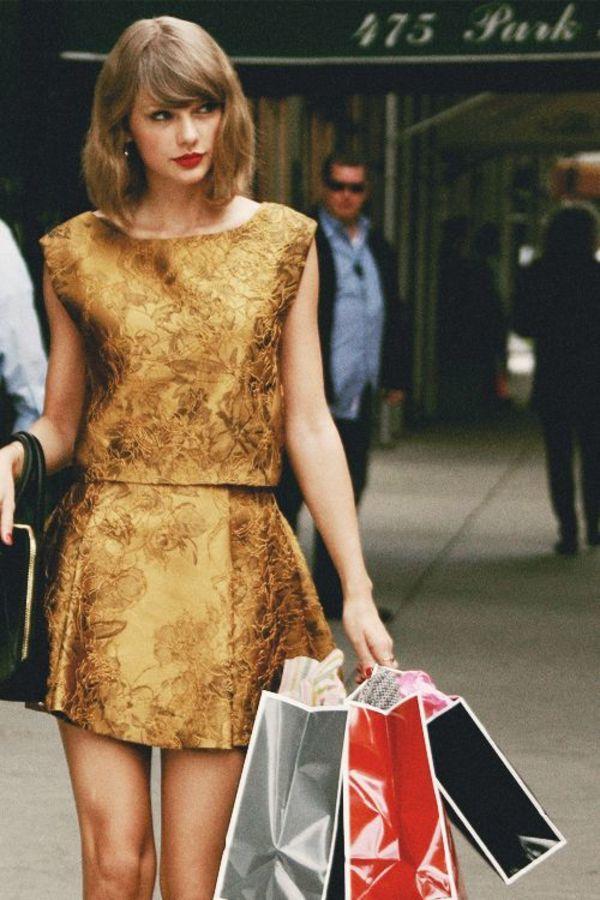 テイラー・スウィフトがよく着るフレアミニスカート♪ おすすめのセットアップコーデ。人気の高いトレンドファッションの参考一覧。