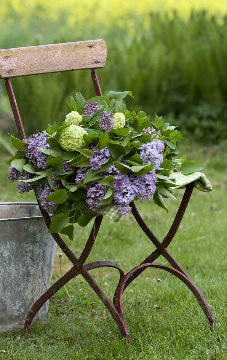 Lilacs: Vintage Chairs, Spring Flower, Yard, Bouquets, Antiques Chairs, Gardens Chairs, Folding Chairs, Old Chairs, Hydrangeas
