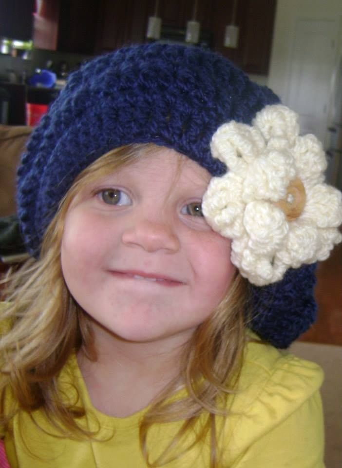 gorro con flor gigante tejido a crochet.... $ 10.000 color a eleccion