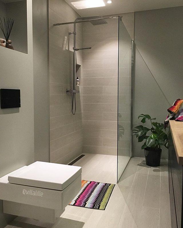 Badet i tilknytning til hovedsoverom og walk-in✔️ Stramme linjer, minimalistisk og tidløst👌🏻 Ønsker dere en fin kveld😘 _____________________ #baderom #baderomsinspo #bathroom #bathroomdesign #minimalistic #interior #interiores #interiordesign #modernarchitecture #boligindretning #vakrehjem #finahem #scandinaviandesign #nordicinspiration #homedecor #dreamhome #dream_interiors #passion4interior #inspiration #instadecor #homeinspo #interiorinspiration #interiorwarrior #interior_and_living…