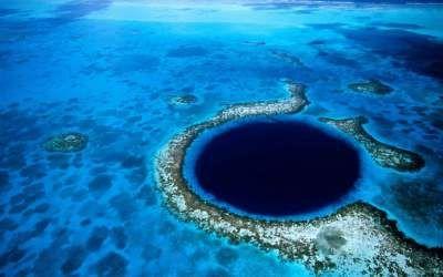 Уникальные природные Большая голубая дыра. Круглая воронка правильной формы на дне океана, расположенная на территории государства Белиз.