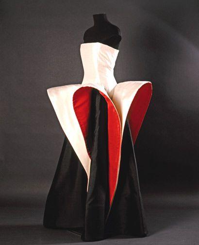 Fondazione Roberto Capucci, 1985 Army National Guard Armory New York,   Raw silk black & white, and red © Photo: Gianluca Baronchelli / Musei Provinciali di Gorizia