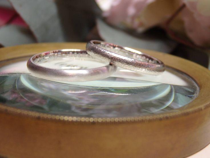デザインは違っても、地金をプラチナで揃え、リング形状を甲丸にすることでペア感のあるマリッジリングに仕上げました。[marriage,wedding,ring,bridal,Pt900,プラチナ,マリッジリング,槌目,結婚指輪,オーダーメイド,ウエディング,ith,イズマリッジ]