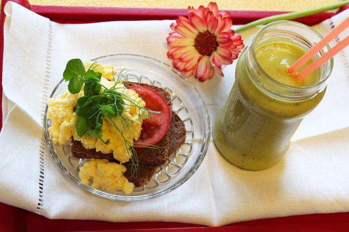 Äitiä on mukava ilahduttaa aamupalalla. Tässä onkin aamupalaehdotus, jolla saa takuulla ruista ranteeseen. Ruissmoothie raikastaa aamun ja munakokkeli ruisleivän päälle syntyy helposti myös mikrossa!