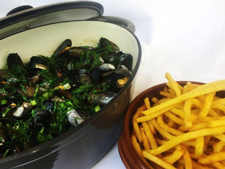 Moules de Bouchot marinière, frites maison à savourer en cocotte au Gallopin à Paris (75002) #food #moules #frites #mariniere